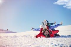 Ski, sneeuwzon en pret - gelukkige familie op skivakantie Stock Afbeelding
