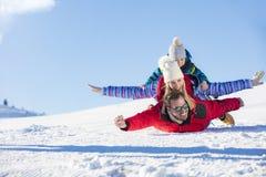 Ski, sneeuwzon en pret - gelukkige familie op skivakantie Royalty-vrije Stock Fotografie