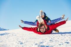 Ski, sneeuwzon en pret - gelukkige familie op skivakantie Stock Fotografie
