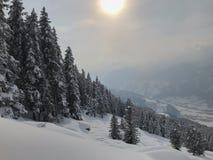 Ski Snowboard Mountain Sun Clouds för elevator för is för vinterÖsterrike snö vitt kallt rött plast- rött staket Metal Shadow Clo arkivbilder