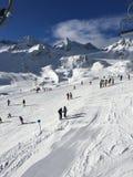 Ski sur la montagne Photo stock