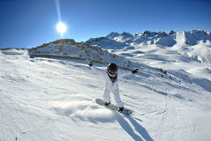 Ski sur la neige fraîche à la saison de l'hiver au jour ensoleillé Photographie stock