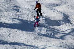 Ski sur une pente inégale photos stock