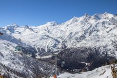 Ski Tracks e ascensori in montagne svizzere in Saas-tassa Fotografia Stock
