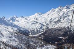 Ski Tracks e ascensori in montagne svizzere in Saas-tassa Immagine Stock Libera da Diritti