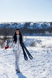Ski Woman ativo na neve que sorri na câmera fotos de stock royalty free
