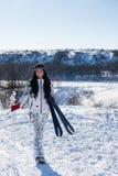 Ski Woman attivo alla neve che sorride alla macchina fotografica fotografie stock libere da diritti
