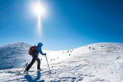 Skialpinist en las montañas nevosas Foto de archivo
