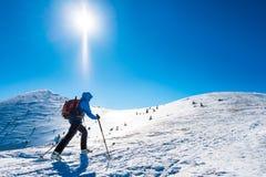 Skialpinist in montagne di inverno Immagini Stock