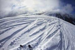 Skiant dans les dolomites, la vue des pentes sur des skis et les crêtes de montagne Images stock
