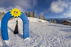 Skiant dans les dolomites, la vue des pentes sur des skis et les crêtes de montagne Photographie stock