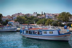 Skiathos, Ελλάδα - 17 Αυγούστου 2017: Πανοραμική άποψη πέρα από το λιμένα Στοκ εικόνα με δικαίωμα ελεύθερης χρήσης