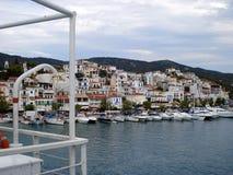 Skiathos, Греция - 6-ое августа 2007: Взгляд порта острова Skiathos кораблем, Sporades, Эгейским морем стоковая фотография