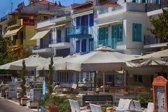 Skiathos, Grécia - 17 de agosto de 2017: A parte dianteira da cidade e o seafr Imagens de Stock