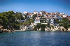 Skiathos, Grécia - 17 de agosto de 2017: Vista da cidade de Skiathos do barco Imagens de Stock