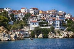 Skiathos, Grécia - 17 de agosto de 2017: Vista da cidade de Skiathos do barco Imagens de Stock Royalty Free