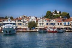 Skiathos, Grecia - 17 de agosto de 2017: Visión panorámica sobre el puerto Foto de archivo libre de regalías
