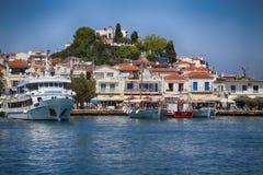 Skiathos, Grecia - 17 de agosto de 2017: Visión panorámica sobre el puerto Imagen de archivo