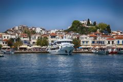 Skiathos, Grecia - 17 de agosto de 2017: Visión panorámica sobre el puerto Fotografía de archivo