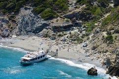 Skiathos, Grecia, el 14 de julio de 2017: Barco de la travesía con los turistas vela Fotografía de archivo libre de regalías