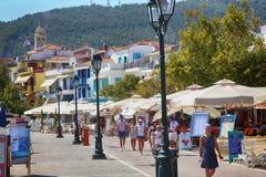 Skiathos Grekland - Augusti 17, 2017: Folk turist som går och Arkivbilder