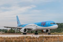 Skiathos Grekland 15 Juni 2018: TUI flygbolag Boeing 757 ställer upp på landningsbanan av den Alexandros Papadiamantis flygplatse Arkivfoto