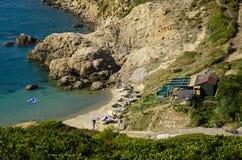 Skiathos, Griechenland, am 12. Juli 2017: Ansicht von der Spitze des Strandes von Krifi Amos auf der Insel von SK lizenzfreie stockfotografie