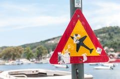 Skiathos, Griekenland 15 Juni 2018: Verkeerswaarschuwingsbord op de weg die op lage vliegende vliegtuigen wijzen Stock Foto's
