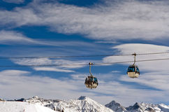 Skiaufzug über der Skifahrenregion stockfoto