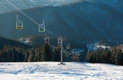 Skiaufzug in den schneebedeckten Bergen des Winters auf Kiefernwaldhintergrund Stockfotos