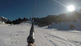 Skiaufzug in der Zeitlupe am Skiort Zireia in Griechenland stock footage