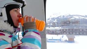 Skiaufzug-Frauporträt stock video