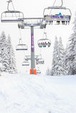 Skiaufzug im Berg mit Himmeln und Snowboardsleuten