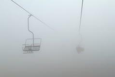 Skiaufzug im Nebel Stockfotos