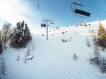 Skiaufzug im Winterurlaubsort, französische Alpen Stockfotos