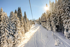Skiaufzug mit Stühlen in Kopaonik-Erholungsort in Serbien Stockfotos