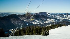 Skiaufzug am Skiort in sonnigen Carpatian-Bergen, Zeitspanne stock video