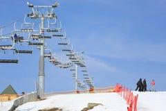 Skiaufzug und -skifahren neigen sich in Bukovel, Ukraine lizenzfreie stockfotografie