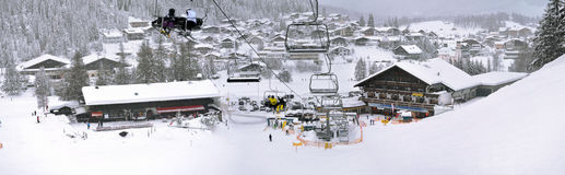 Skiaufzug und -steigungen in den hohen Bergen Stockfotos