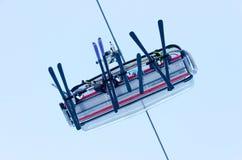 Skiaufzugskifahrer von der Unterseite stockbilder