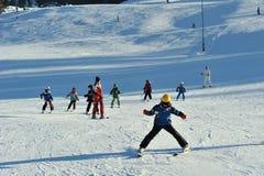 Skiausbilder mit kleinen Kindern auf Skisteigung stockfotografie