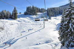 Skibahn an einem sonnigen Tag Stockfotografie