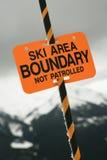 Skibereichshintergrenzzeichen. Stockfoto