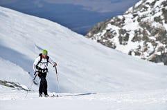 Skibergbeklimmer tijdens de concurrentie in Karpatische Bergen Stock Afbeelding