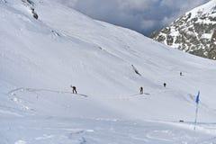 Skibergbeklimmer tijdens de concurrentie in Karpatische Bergen Royalty-vrije Stock Foto's