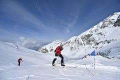 Skibergbeklimmer tijdens de concurrentie in Karpatische Bergen Royalty-vrije Stock Afbeelding