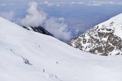 Skibergsteigen in Fagaras-Bergen lizenzfreie stockfotos