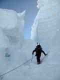Skibergsteiger, der durch riesige Gletscherspalte in den Alpen nahe Zermatt klettert stockfotos