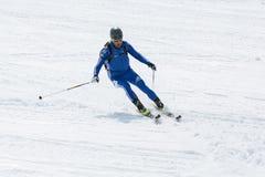 Skibergsteiger reitet Skifahren vom Berg Lizenzfreie Stockbilder