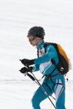 Skibergsteigerfahrten vom Berg Team Race-Ski mountaineerin Lizenzfreie Stockfotos
